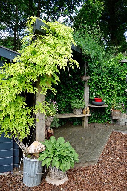 Rode tuin met knusse hoekjes