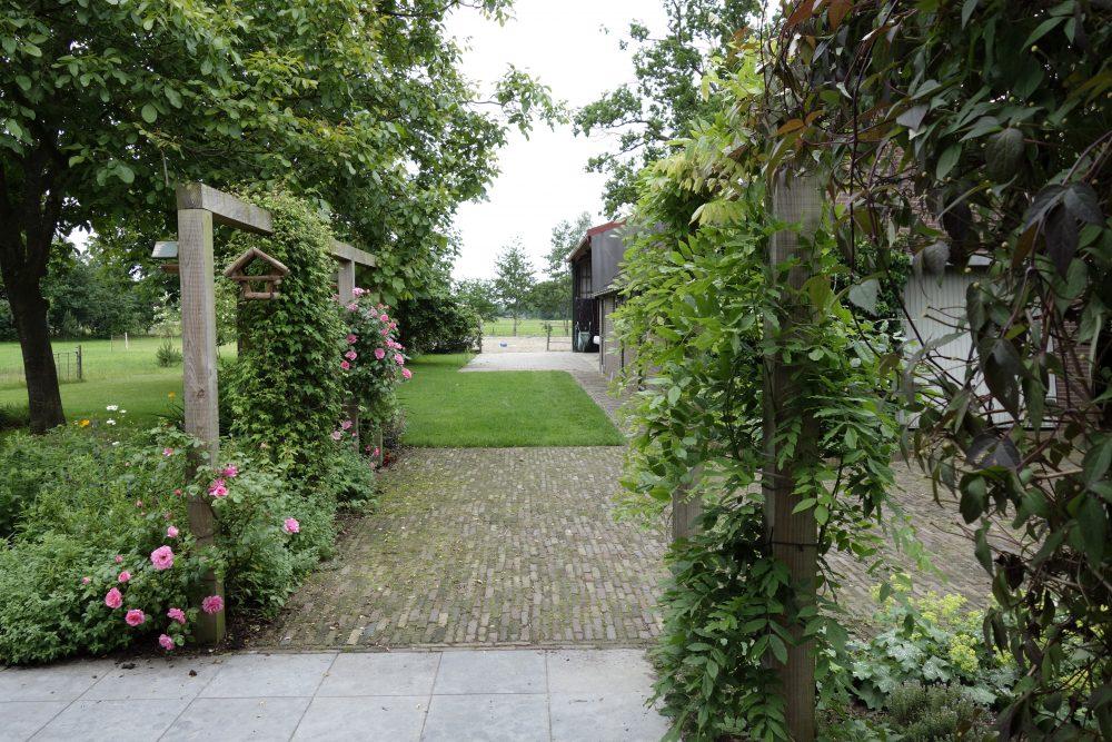 erf boeren tuin landelijk pergola rozen tuinontwerper ©Groenerwaard