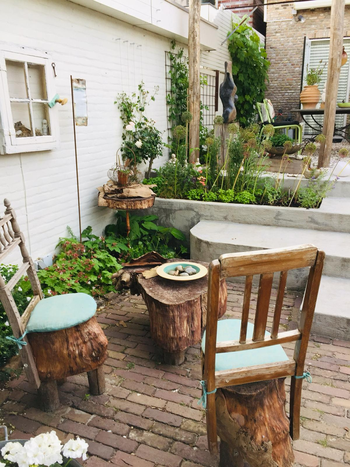 Creatieve natuurlijke bijzondere tuin met hoogteverschil en trap ©Groenerwaard